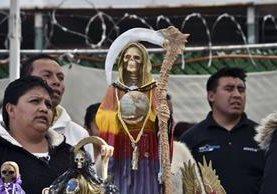 Devotos de la Santa Muerte se congregan en Santa María Cautepec, Tultitlan, México. (Foto Prensa Libre: AFP).