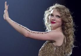 """Singer Taylor Swift interpreta la canción """"Story of Us"""" en esta foto tomada en mayo de 2011. (Foto Prensa Libre: AP)"""