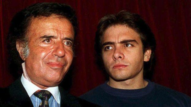 Carlos Menem junior (derecha) era piloto de automóviles, una afición que le heredó a su padre. AFP
