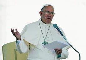 El papa Francisco se dirige a la multitud durante su audiencia en la Plaza de San Pedro. (Foto Prernsa Libre:AFP)