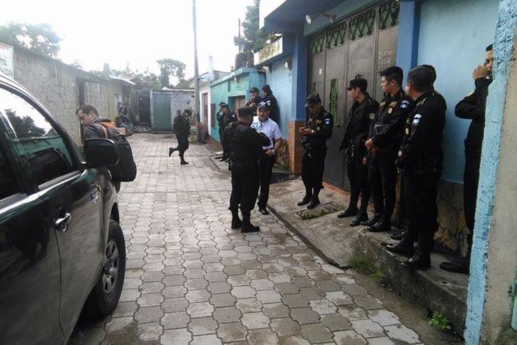 PNC copa una residencia en la 3a. calle 2-82, en busca de extorsionistas en San José Villa Nueva, Villa Nueva, Guatemala. (Foto Prensa Libre: Estuardo Paredes)