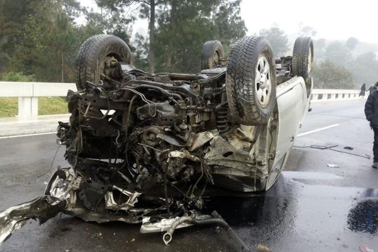El vehículo en el que viajaban los fiscales del MP quedó totalmente destruido en el km 158.5 de la ruta Interamericana. (Fotos Presna Libre: Ángel Julajuj)