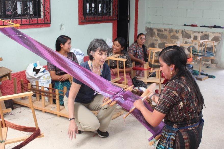 Hetty Friedman observa el trabajo de una   tejedora. (Foto Prensa Libre: Édgar Sáenz)