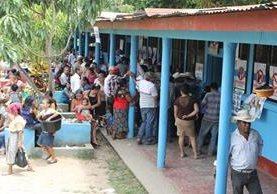 Vecinos de El Chal llegaron desde muy temprano a emitir su voto para elegir por primera vez a su alcalde. (Foto Prensa Libre: Walfredo Obando)