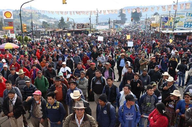 Miles de manifestantes repudiaron el accionar del Congreso y exigieron la renuncia de Jimmy Morales al bloquear puntos carreteros. El paro ocasionó largas filas de vehículos en la ruta Interamericana. (Foto Prensa Libre: María José Longo)