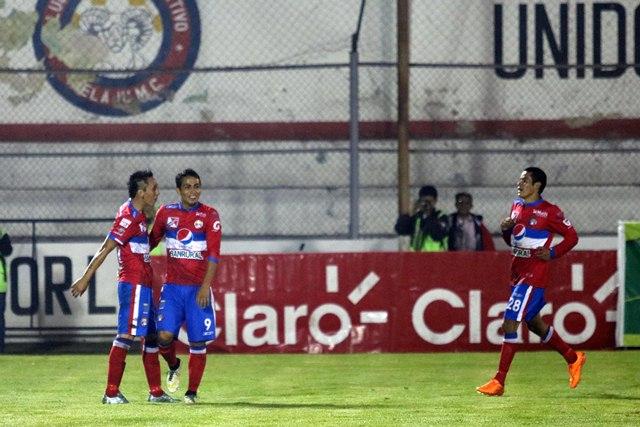 Los quetzaltecos celebran uno de los goles de Luis Martínez, en el juego de la noche del sábado en el estadio Mario Camposeco. (Foto Prensa Libre: Carlos Ventura)
