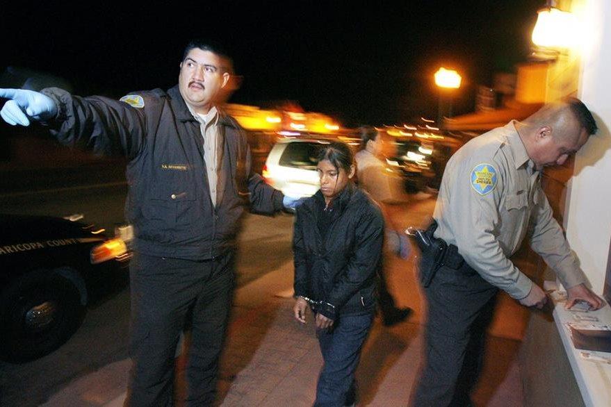 Una unidad especial hacer cumplir una ley estatal durante una redada en Arizona. (AP).