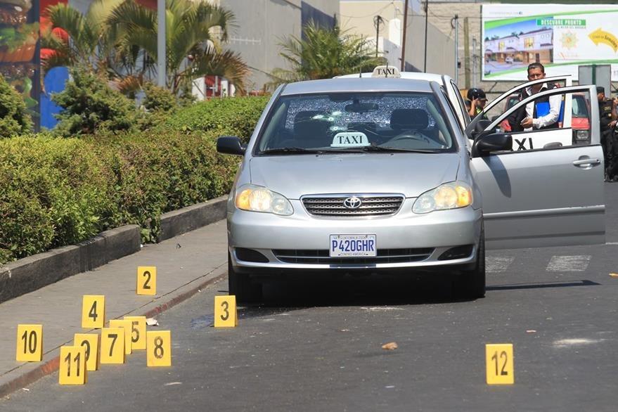Dos taxistas fueron ultimados en la colonia Valle del Sol, zona 4 de Mixco.(Foto Prensa Libre: Hemeroteca PL)