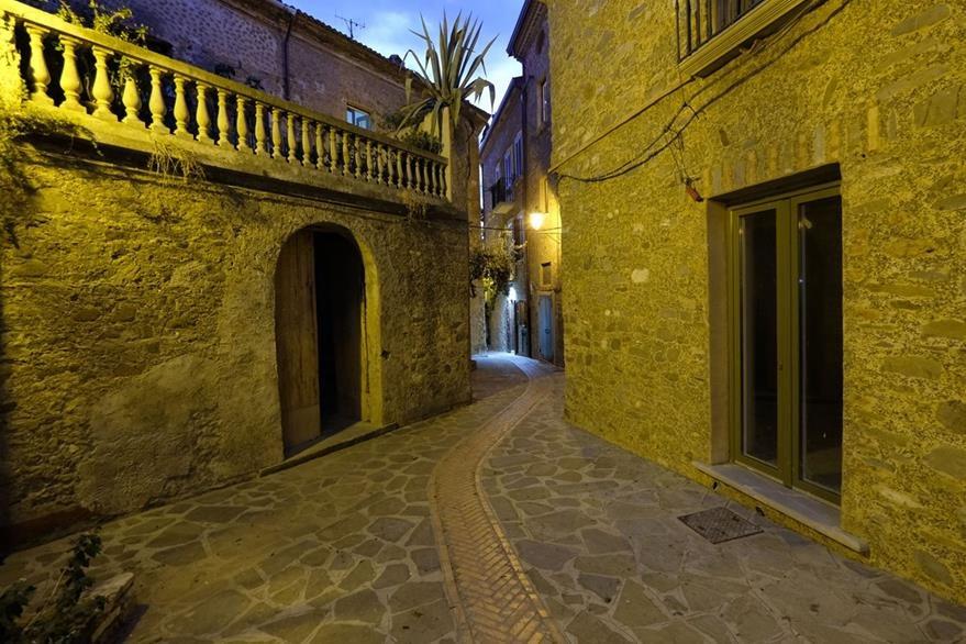 Vista de una de las calles de Acciaroli, al sur de Italia, el pueblo donde la población es particularmente longeva. (Foto Prensa Libre: AFP).