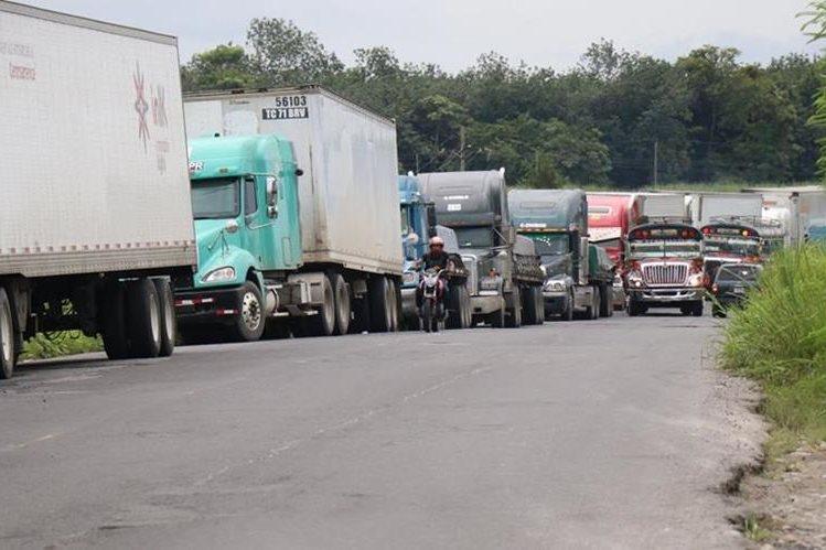 Largas filas de transporte pesado se observan en la Ruta CA-2 por daños en puente Cameya, Suchitepéquez en el Kilómetro 166. (Foto Prensa Libre: Cristian Soto)