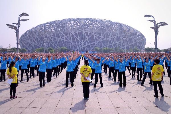 Un grupo de mujeres participan en el baile unísono en el Bund en Shanghai.(AP).