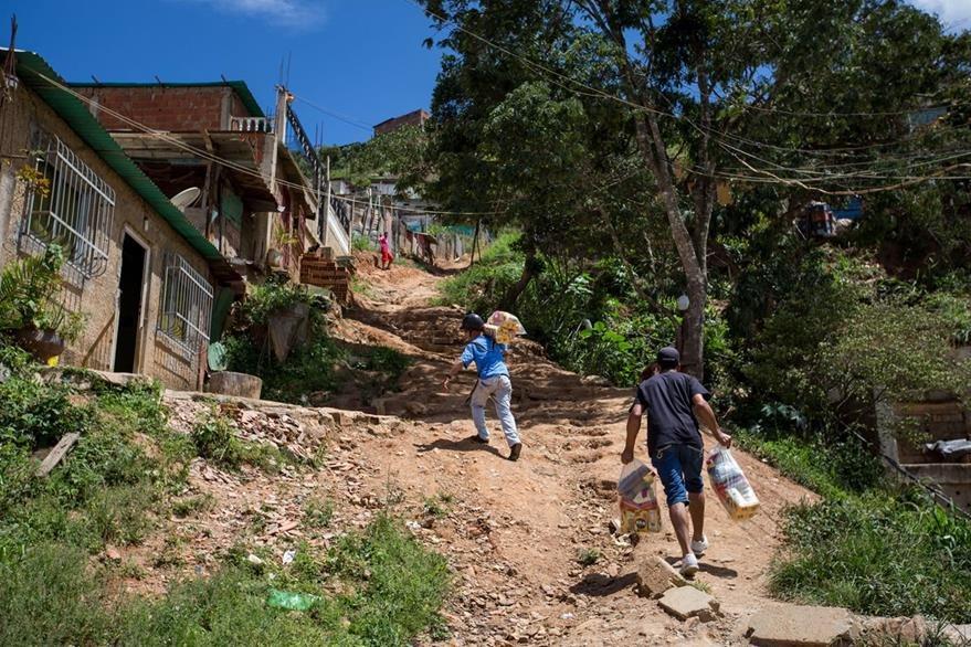 Las zonas más pobres de Venezuela también son golpeadas por la escasez de alimentos. (Foto Prensa Libre: EFE).