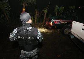 PNC y bomberos esperan realizar el rescate de los cinco mareros fallecidos en el cantón Candelaria arriba, San Cayetano Istepeque, en donde se registró un enfrentamiento entre pandilleros y policías. (Foto Prensa Libre: La Prensa Gráfica)
