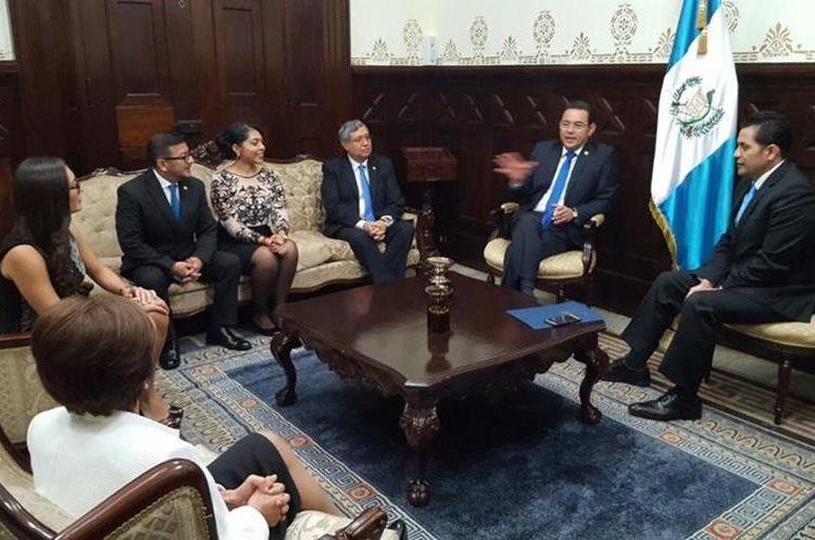 La mañana inició con la visita del presidente Jimmy Morales por la Sesión Solemne por el aniversario de la independencia de Guatemala.