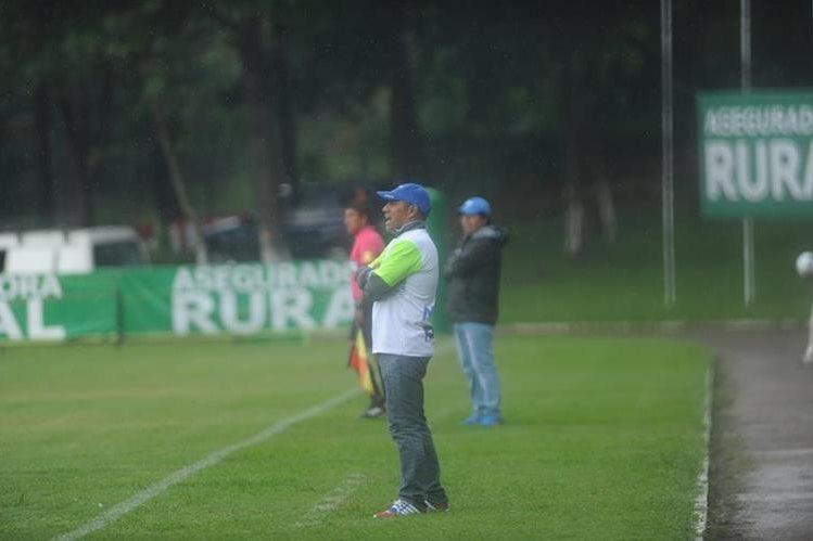 Juan Carlos Plata, entrenador de Mixco de la Primera División, se enfrentó este miércoles al líder Universidad, que es dirigido por su excompañero en Municipal, Sergio Guevara (Foto Prensa Libre: Edwin Fajardo)