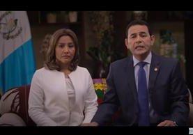 El presidente Jimmy Morales y la primera dama en el mensaje a la Nación cuando dan a conocer que su hijo y su hermano han declarado en el MP por un caso de corrupción. (Foto Prensa Libre: Hemeroteca PL)