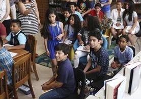 María Victoria Mendoza imparte clases a niños inmigrantes en Nueva York, que decidieron escribir un libro. (Foto Prensa Libre: AP)