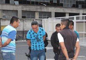 Guardias del SP señalados de trabajar bajo influencia del alcohol frente a la torre de tribunales. (Foto Prensa Libre: Cortesía SP)