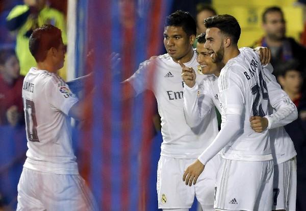 Los jugadores del Real Madrid celebran el triunfo contra el Levante. (Foto Prensa Libre: EFE)