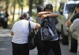 Todo era tristeza y llanto afuera del Hogar Seguro Virgen de la Asunción. (Foto Prensa Libre: Carlos Hernández)