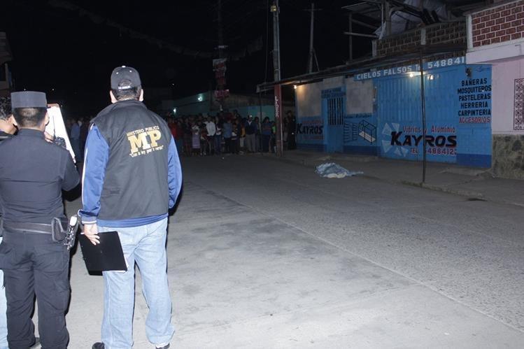 Fuerzas de seguridad resguardan escena del crimen donde un hombre fue ultimado, en Chimaltenango. (Foto Prensa Libre: Víctor Chamalé)