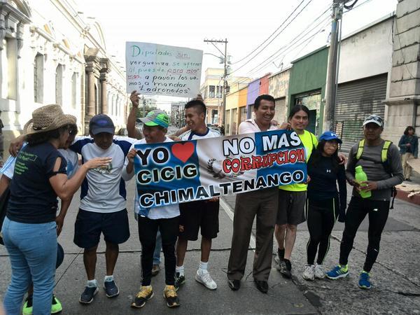 Desde Chimaltenango viajaron los manifestantes para apoyar en las protestas. (Foto Prensa Libre: Rosa Bolaños)