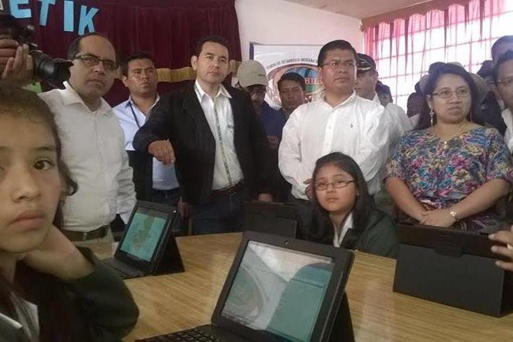Tabletas electrónicas fueron entregadas por el mandatario a una escuela de la localidad. (Foto Prensa Libre: Ángel Julajuj)