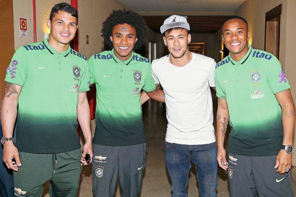 Neymar posa junto a sus compañeros de equipo Thiago Silva, Willian y Robinho, en su arribo a Porto Alegre. (Foto Prensa Libre: AFP)