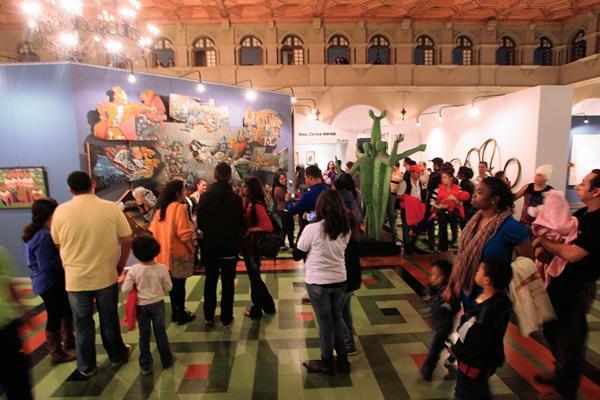 Familias enteras acudieron a la actividad Una noche en la Calle de los Museos y participaron en recorridos guiados por los recintos que se ubican en la zona 13. Foto Prensa Libre: Edwin Bercián