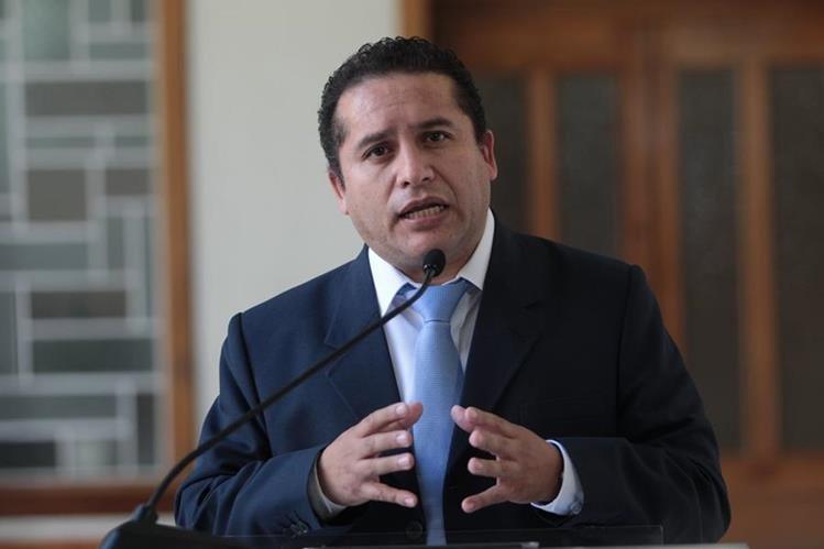 Miguel Ángel Moya, jefe de Segeplan, da declaraciones en la Casa Presidencial, después de la junta de Gabinete. (Foto Prensa Libre: Érick Ávila)