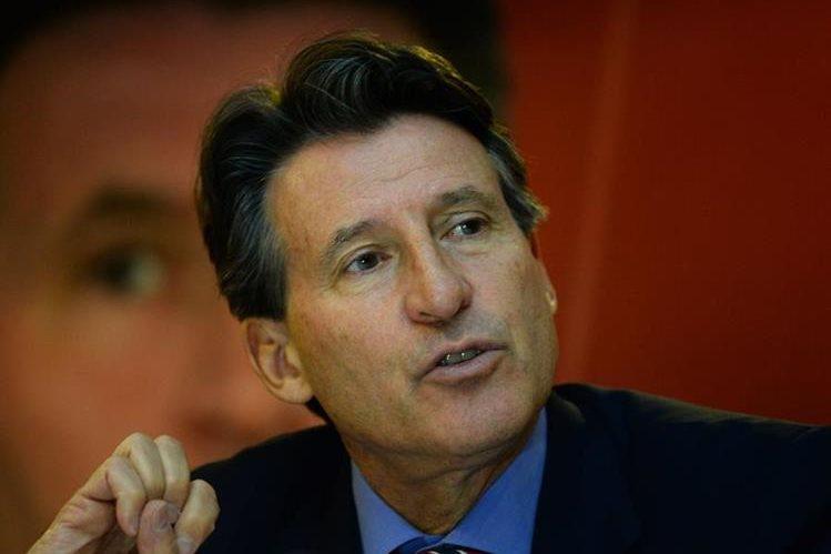 El presidente de la IAAF, Sebastián Coe durante la conferencia de prensa de este lunes. (Foto Prensa Libre: AFP)