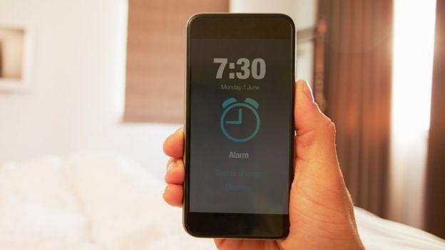 ReplyASAP usa la alarma del celular para interrumpir la actividad del usuario del móvil y obligarle a responder. GETTY IMAGES