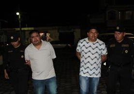 Estos hombres portaban dos fúsiles y se transportaban en un autobús de transporte público. (Foto Prensa Libre: PNC)