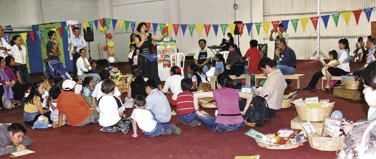 Niños y jóvenes disfrutan de sus lecturas favoritas. (Foto Prensa Libre: Hemeroteca PL)