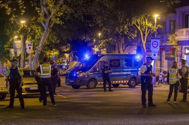 La Policía controla las cercanías de la Sagrada familia de Barcelona tras la alerta terrorista.(EFE).