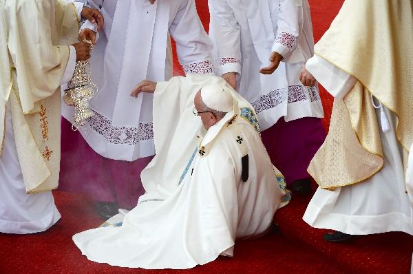 El Papa sufre una caída durante la misa en el monasterio de Jasna Gora en Czestochowa. (Foto Prensa LIbre:AFP).