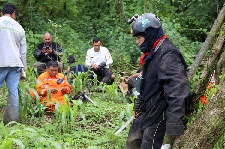 Los rescatistas toman un descanso. Foto Prensa Libre: Renato Melgar.