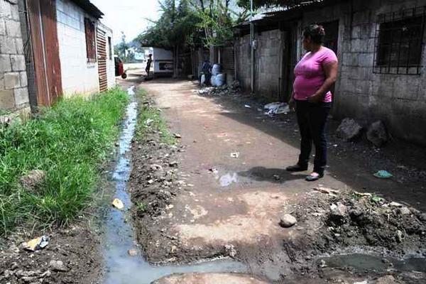 <p>Aguas negras son caldo de cultivo para plagas. (Foto Prensa Libre: Oswaldo Cardona)</p>