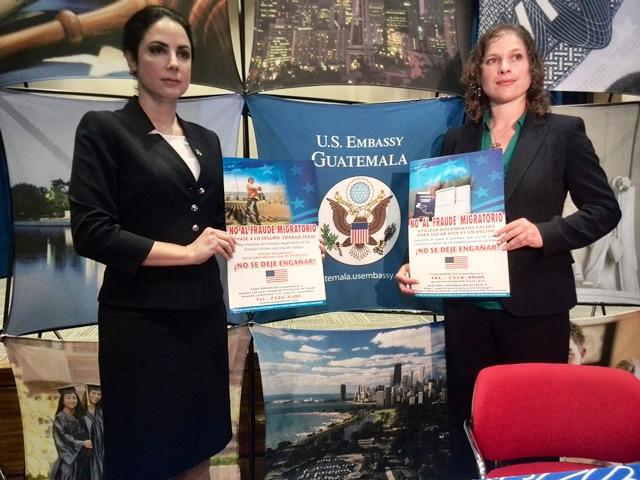 Bárbara González y Maureen Mimnaugh visitaron el interior del país para promover la no migración ilegal. (Foto Prensa Libre: Henry Pocasangre)