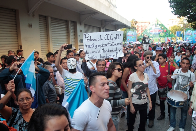 Decenas de manifestantes se congregaron en la zona 1 capitalina. (Foto Prensa Libre: Erick Ávila)