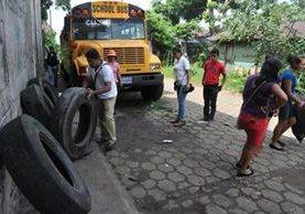 Personal de la comuna de Flores Costa Cuca, Quetzaltenango, recolecta desechos para contrarrestar dengue y chikungunya. (Prensa Libre: Alexánder Coyoy)