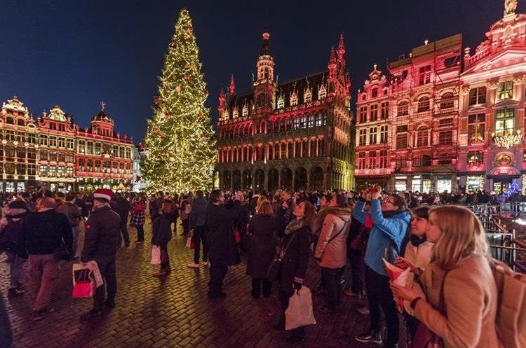 La Gran Plaza de Bruselas recibe a visitantes que admiran la decoración.
