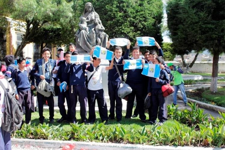 Un grupo de estudiantes de Quetzaltenango celebra la renuncia del presidente Otto Pérez Molina. (Foto Prensa Libre: María José Longo)