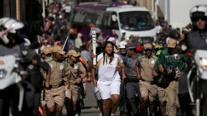 La antorcha avanza hacia Río en medio de una fuerte escolta policial. (Reuters)