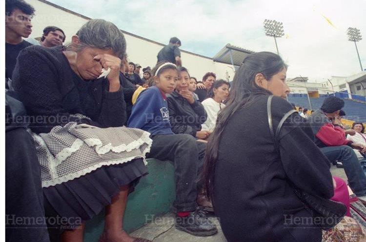 Familiares de los fallecidos en la tragedia del estadio Mateo Flores fueron llamados por el Ministerio Publico para que colaboraran en las investigaciones y reconstrucción de hechos el 28/10/1996. (Foto: Hemeroteca PL)