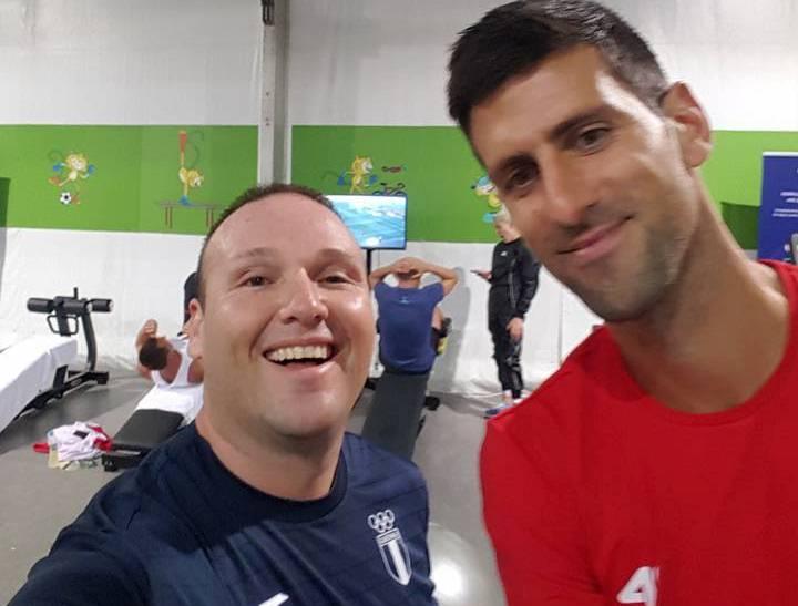 Enrique Brol captado junto al tenista número uno del mundo Novak Djokovic. (Foto Prensa Libre: Facebook de Enrique Brol).