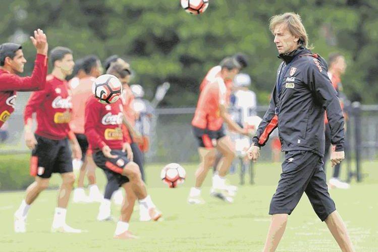 Ricargo Gareca, seleccionador de Perú, confía en llevar al equipo sudamericano al Mundial de Rusia 2018. (Foto Prensa Libre: Hemeroteca PL)