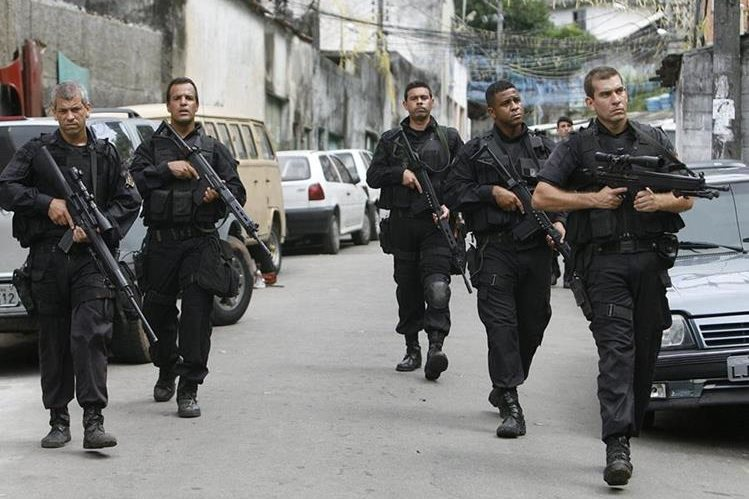 Policías patrullan en la Favela Ladeira de Tabajaras, en Copacabana, Río de Janeiro. (Foto Hemeroteca PL).