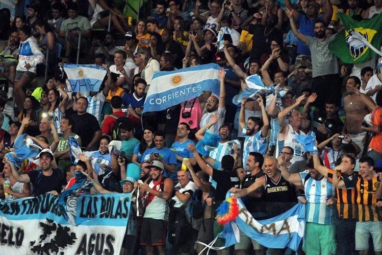 Un ambiente de fiesta acompañó a la selección de Baloncesto de Argentina en el partido contra Estados Unidos. (Foto Prensa Libre: Jeniffer Gómez)