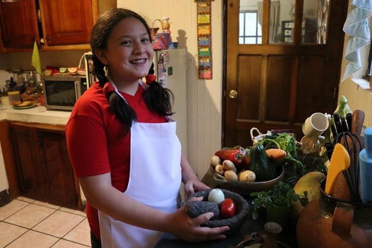 Emily en la cocina de la casa de sus abuelos maternos donde aprendió a cocinar desde que tenia 4 años (Foto Prensa Libre: María José Longo).